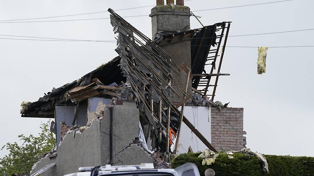 Ein zerstörtes Haus nach einer mutmaßlichen Gasexplosion in der Ortschaft Heysham nahe Lancaster. Foto: Danny Lawson/PA Wire/dpa