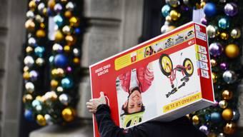 Das Weihnachtsgeschäft 2016 verharrte auf Vorjahresniveau, obwohl Konjunkturforscher eine optimistische Konsumentenstimmung ausmachen. (Archiv)