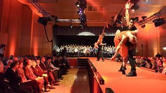 Links die Prominenz, rechts die Angehörigen, in der Mitte die Tänzer und ganz hinten auf der Bühne die erfolgreichen Lernenden.