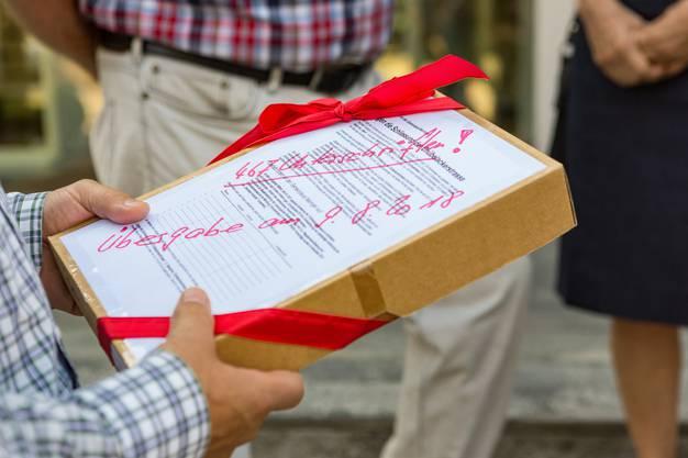 In der Schachtel überbrachten die Bewohner der Chübelackerstrasse die 467 Unterschriften.
