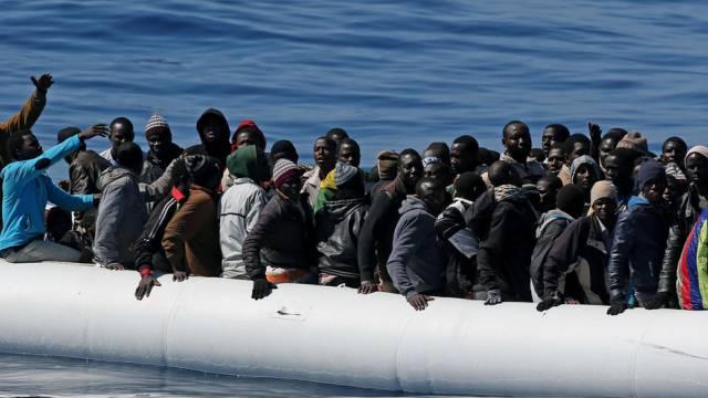 Ziel Europa: Flüchtlinge auf dem Mittelmeer (Archiv)