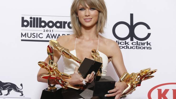 Taylor Swift mit ein paar der vielen Preise, die sie dieses Jahr gewonnen hat. Weniger erfreulich: Ein Freund, der sie zu ihren frühen Hits inspiriert hat, wird der Kindsmisshandlung verdächtigt (Archiv Mai 2015)