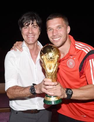 Jogi Löw beim Feiern mit Lukas Podolski.