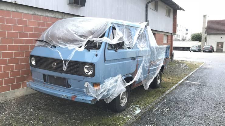 Kaputte Fenster, abgerissene Seitenspiegel Die Unbekannten warfen grosse Steine gegen und in die Autos.