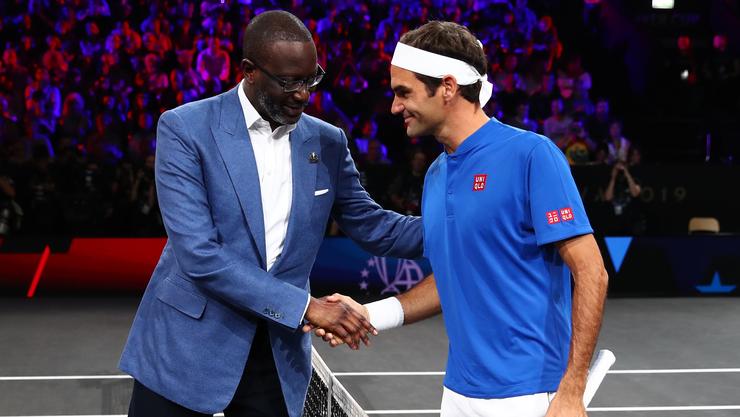 Handshake zwischen Tidjane Thiam (CEO der Credit Suisse) und Roger Federer (Markenbotschafter der CS).