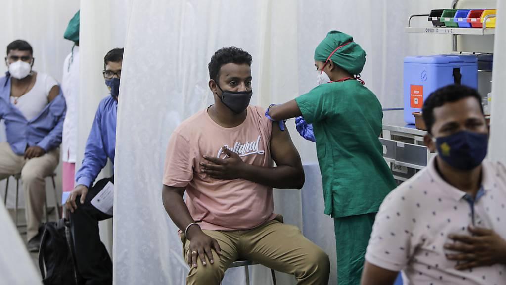 In Indien werden Corona-Impfstoffe knapp - obwohl das Land eigentlich selbst Vakzine in Massenproduktion herstellt. Foto: Rajanish Kakade/AP/dpa
