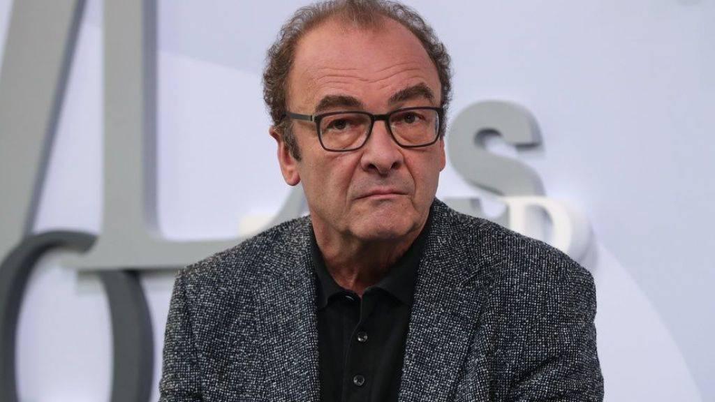 Robert Menasse erhält Rückendeckung von Buchpreis-Jury. Es sei redlich, dass er in seinem Roman «Die Hauptstadt» Fiktionen und Fakten gemischt habe. (Archiv)