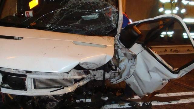 Bei der Kollision mit einem Lieferwagen im Mont-Chemin-Tunnel stirbt eine Frau (Symbolbild)
