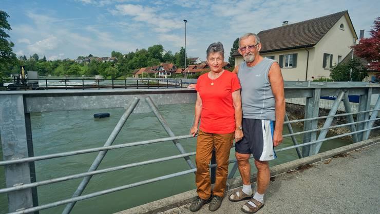 Rosmarie und Walter Müller gestern Mittag auf der Brücke vor ihrem Haus (rechts). Der Pegelstand der Reuss war nicht besorgniserregend. Für die Nacht wurden allerdings starke Regenfälle gemeldet.
