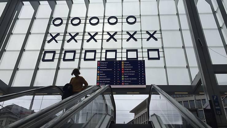 Die binäre Uhr des Medienkünstlers Norbert Möslang in der neuen Ankunftshalle am Bahnhof St. Gallen zeigt die Zeit mit Kreisen, Kreuzen und Quadraten an.