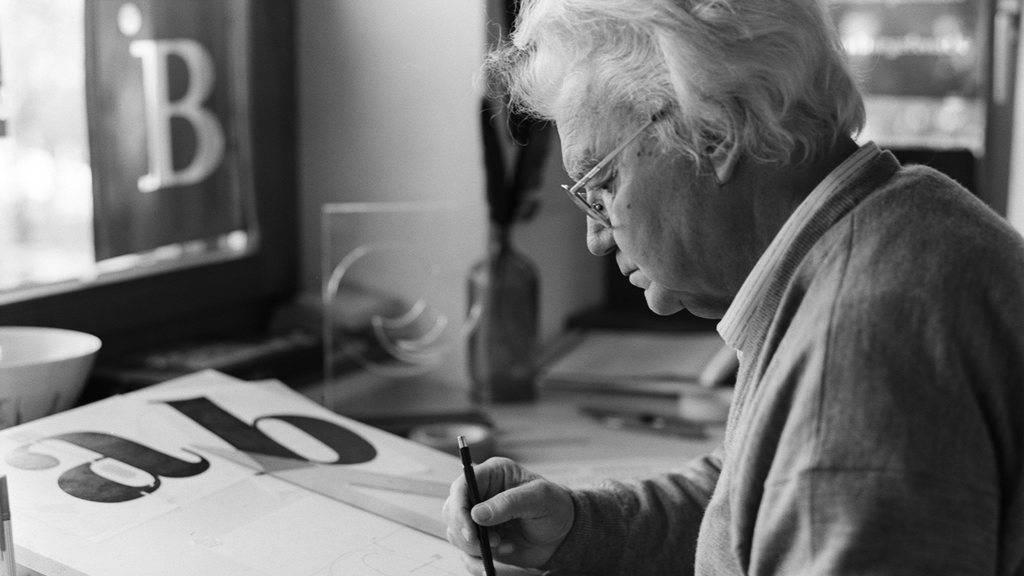 Der Grafiker und Schriftenmaler Adrian Frutiger geht in Bremgarten bei Bern seiner Arbeit nach. Aufnahme von 1999.