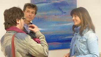 Künstlerin Rita Müller (rechts) im Gespräch mit Besuchern über ihre Bilder.