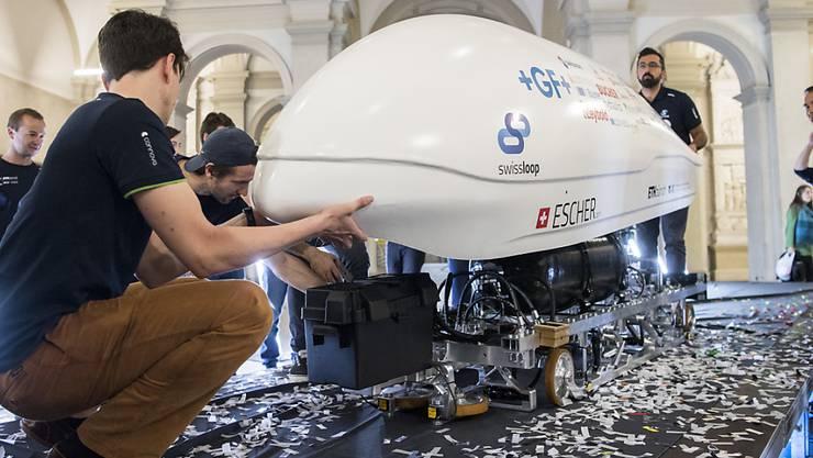 """Transport der Zukunft: ETH-Studenten präsentieren den sogenannten Pod namens """"Escher"""", mit dem sie in Kalifornien an einem Wettbewerb teilnehmen."""