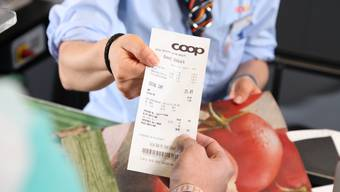 Ab Mittwoch werden in Coop-Filialen Kassenzettel nur noch an bedienten Kassen automatisch gedruckt.