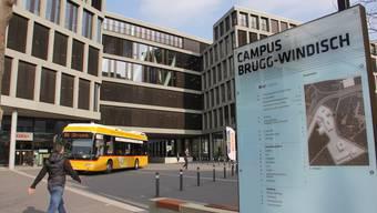 Die Passerelle zwischen den beiden Campus-Gebäuden ist eine Stahlkonstruktion und dient als Gelenk.