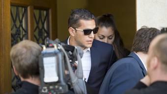 Bobadilla verlässt nach der Urteilsverkündung in seinem Raser-Prozess schnell das Gericht.