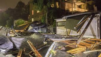 """Das Sturmtief """"Fabienne"""" bescherte der Schweiz am Sonntag turbulente Abend- und Nachtstunden. Im  Vergleich kam sie aber glimpflich davon. Das Bild zeigt ein von dem Sturm zerstörtes Haus im deutschen Bundesland Sachsen."""