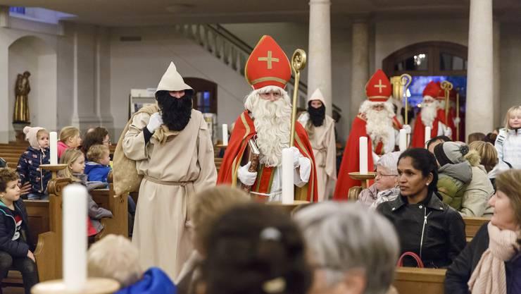 Die acht Samichläuse treffen in der Eusebiuskirche ein...