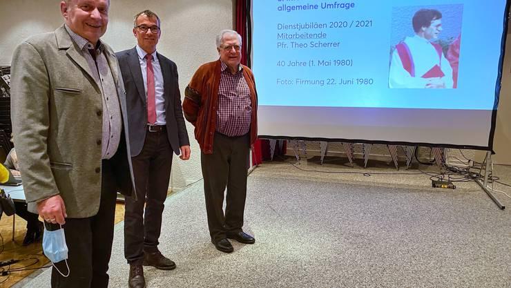 Gemeindeleiter Armin Ruf und Kirchenpräsident Roger Häfner-Neubauer gratulierten Pfarrer Theo Scherrer zu seinem 40-jährigen Dienstjubiläum.