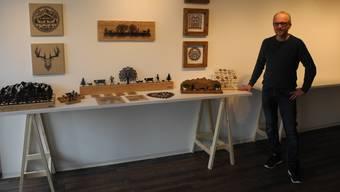 Dominik Fuchs mit einem Muster-Tisch mit Landwerk-Dekoartikeln.