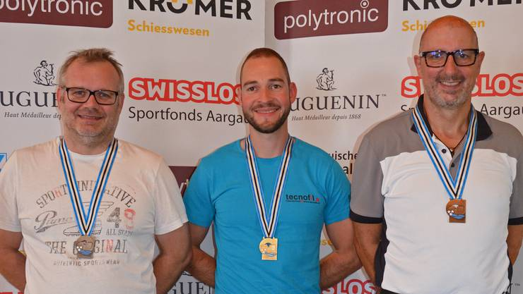 Die drei überragenden Gewehrschützen der Aargauer 50-m Meisterschaften, hier mit der Medaille vom Dreistellungsfinal: (von links) Jürg Luginbühl, Rafael Bereuter und Rolf Denzler.