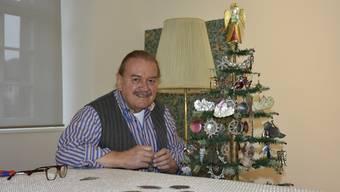 Alfred Dünnenberger zeigt seinen viktorianischen Weihnachtsschmuck.