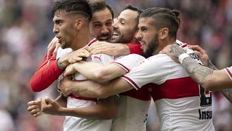 Die Stuttgarter Spieler jubeln, nachdem sie den direkten Abstieg haben verhindern können