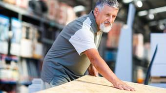 Viele ältere Arbeitnehmer denken darüber nach, ob es sich auszahlt, sich bereits frühzeitig pensionieren zu lassen.
