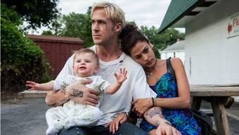 Mit gestohlenem Geld will Stuntfahrer Luke (Ryan Gosling) die Mutter seines Sohnes (Eva Mendes) und sein Kind unterstützen. HO