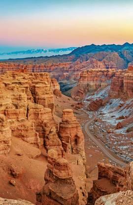 Der «Tscharyn»-Canyon bietet mit seinem karmesinroten Gestein eine eindrückliche Kulisse.