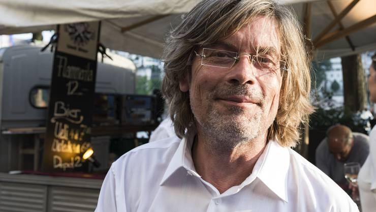 Er ist der Boss. Ohne ihn läge jetzt kein Musikfloss auf dem Rhein. Tino Krattiger schüttelt Hunderte Hände – und lacht trotzdem.
