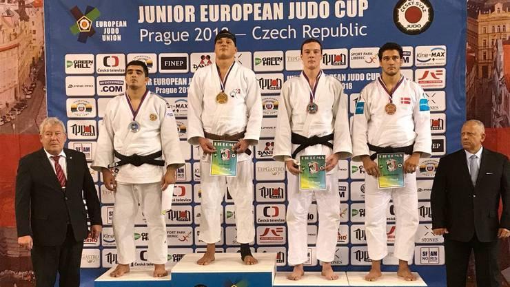 Daniel Eich (2. von links) gewinnt dank hervorragender Leistung -100 Kg die Goldmedaille beim U21 Europacup in Prag (CZE).