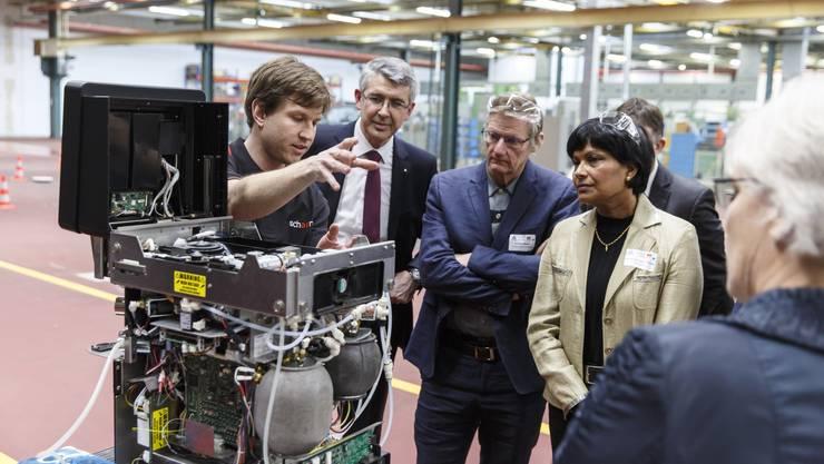 Josef Maushart führt Politikerinnen und Politiker aus dem Kantonsrat im Jahr 2019 durch die Berufsmesse IBLive. (Archiv)