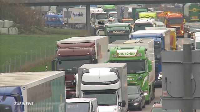 Lastwagen fährt durch Leitplanke