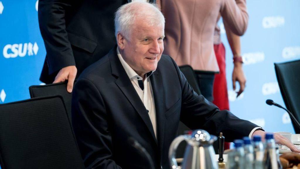 Im Asylstreit mit der CDU bleibt CSU-Chef Horst Seehofer vorerst hart.