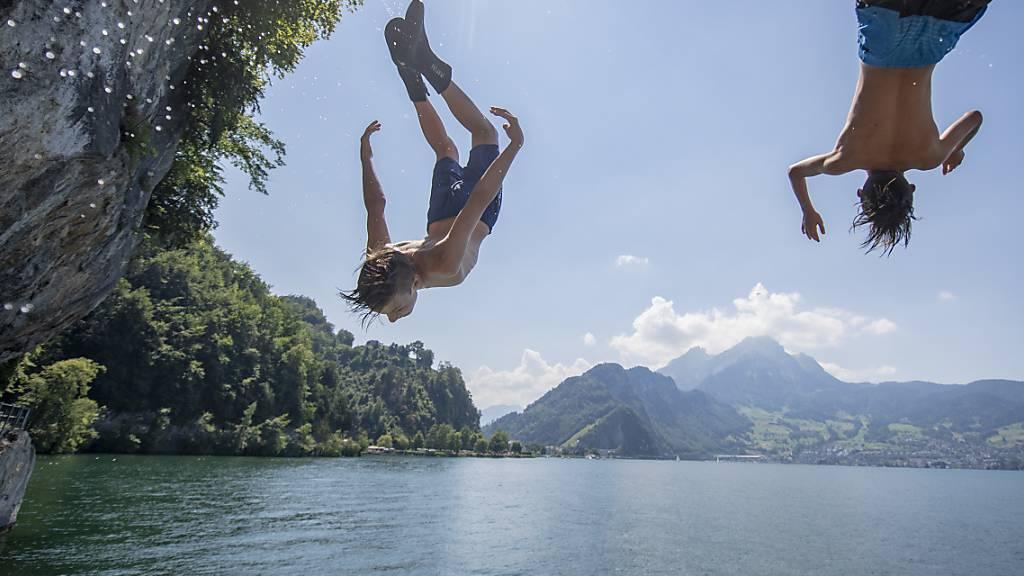 Mancher dürfte beim Erwachen an ein kühlendes Bad gedacht haben: Die Schweiz hat eine Tropennacht hinter sich. (Themenbild)