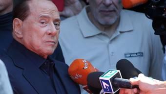 """Der italienische Ex-Ministerpräsident Silvio Berlusconi, der vergangene Woche wegen eines Darmverschlusses operiert werden musste, hat am Montag das Mailänder Spital verlassen, in der er sich seit Dienstag aufhielt. """"Ich habe um mein Leben gezittert"""", sagte der 82-Jährige."""