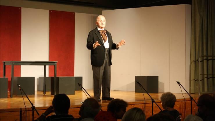 Mucksmäuschenstill war es im Saal: Gebannt hörten Dutzende Senioren der Komödie «Dä Revisor» zu.