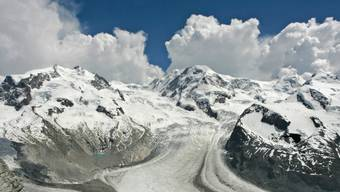 Wunderschön, aber nicht ohne Gefahren:  Der Gornergletscher (vorne) und hinten Teile des Monte-Rosa-Massivs. Auf dem Weg zur Dufourspitze (rechts) waren die drei Walliser Bergsteiger, die am Sonntag in den Tod stürzten. Unterwegs zum Pollux (links) starben  zwei weitere Bergsteiger. (Archiv)