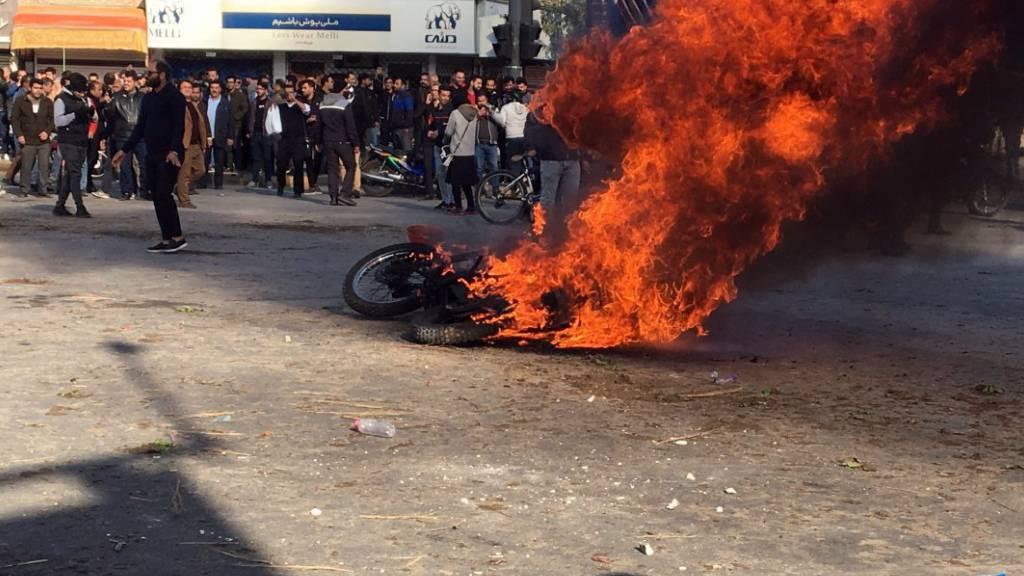 Wegen erhöhter Benzinpreise: Strassenproteste in der zentraliranischen Stadt Isfahan.