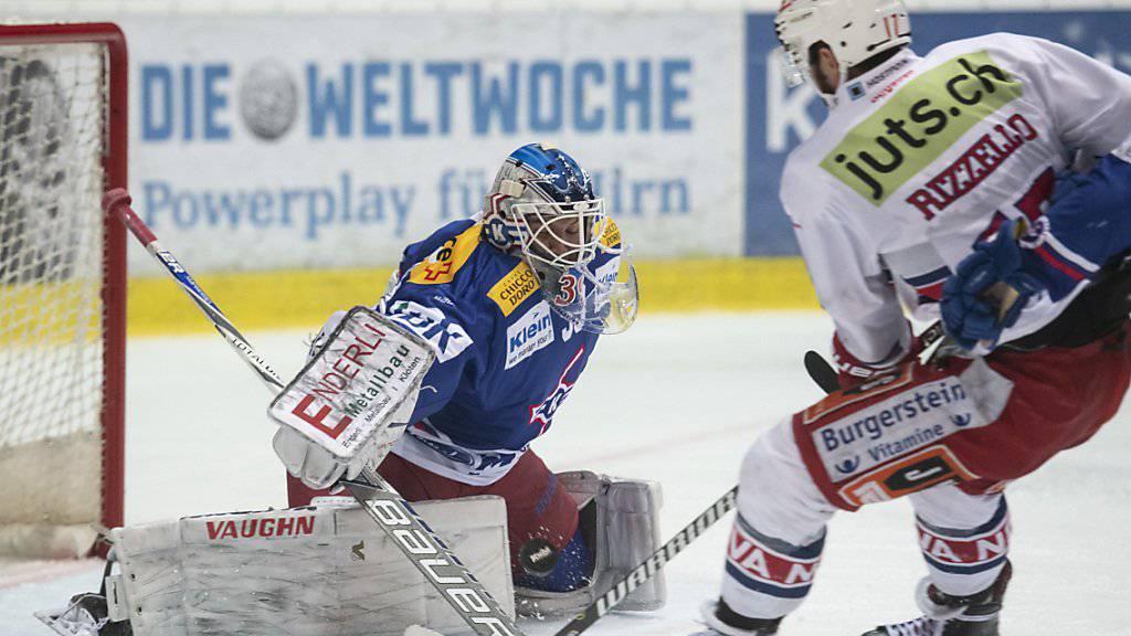 Arg in Rücklage: Klotens Goalie Luca Boltshauser muss sich gegen Rapperswils Antonio Rizzello wehren.