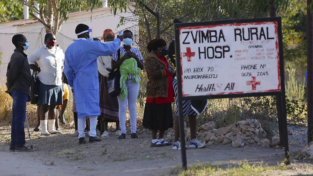 Bewohner in Zvimba, Simbabwe, lassen ihre Temperatur messen, bevor sie sich im örtlichen Spital behandeln lassen. (Archivbild)