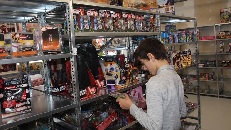 Nebst einer Menge an Drogerieartikeln gab es beim ersten «Müller»-Lagerverkauf in Oberentfelden eine grosse Auswahl preiswerter Spielsachen zu kaufen.