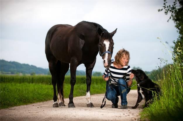 Susanne Hochuli mit Pferd und Hund in ihrer Heimat an der Suhre.
