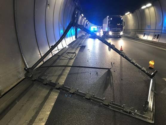 Arisdorf BL, 23. April: Im Arisdorftunnel der A2 im Kanton Baselland hat ein Lastwagen einen 800 Kilogramm schweren Metallrahmen verloren. Verletzt wurde niemand, doch musste der Tunnel in Fahrrichtung Basel für zwei Stunden gesperrt werden.
