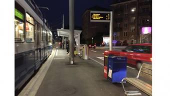 Ende Jahr ist Boxenstopp: Der dunkelblaue «NZZ am Sonntag»-Automat am Zürcher Goldbrunnenplatz. Foto: Bgs