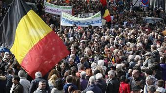 Rund 7000 Menschen haben in Brüssel den Gedenkmarsch für die 32 Opfer der Anschläge vor knapp vier Wochen nachgeholt.