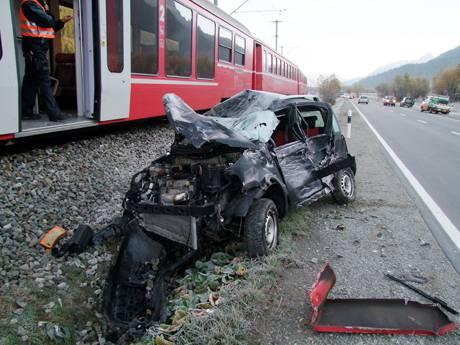 Zugunfall in Bever: Autofahrerin kollidiert mit der Rhätischen Bahn, weil ein Hirsch auf der Strasse war.