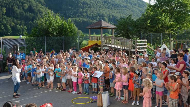 Die Kinder bedankten sich bei der Gemeinde für die neuen Spielplätze mit dem eigens dafür geschriebenen «Spielplatzlied».