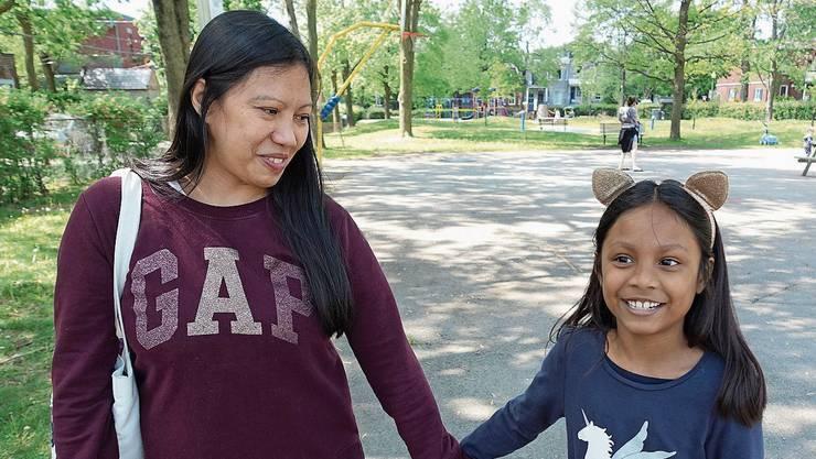 Vanessa Rodel und ihre Tochter Keana in einem Park in Montreal.